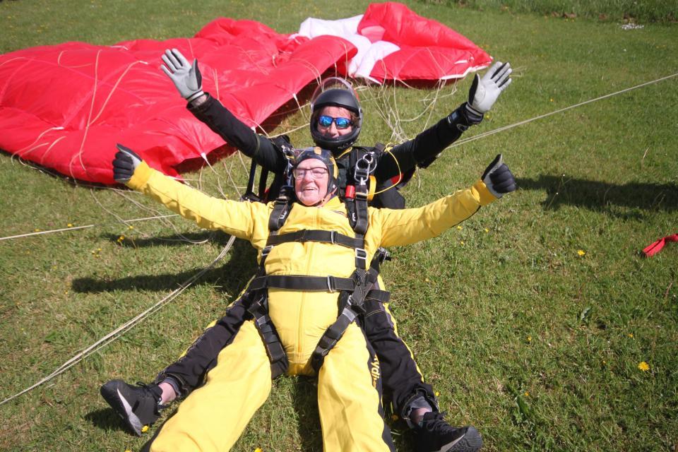 De landing van de Britse skydiver