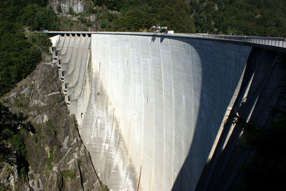 Bungeejumps van de Verzasca Dam