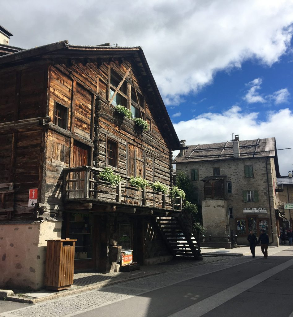 Traditionele huizen in het dorp Livigno