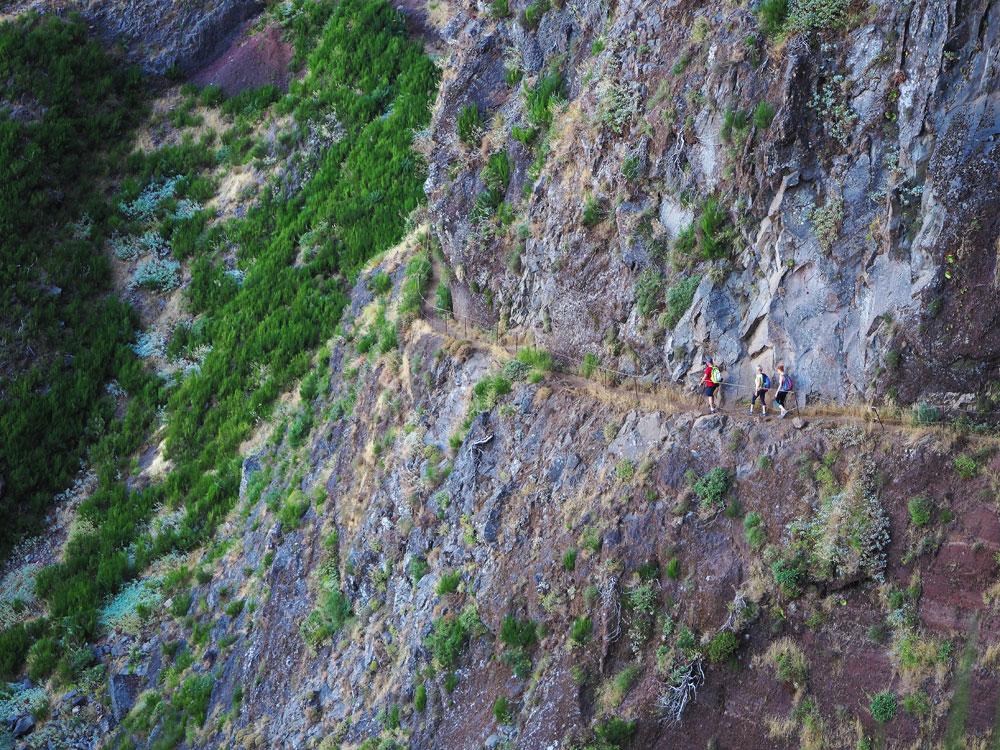 Pico do Arieiro wandelroute pad langs rotswand