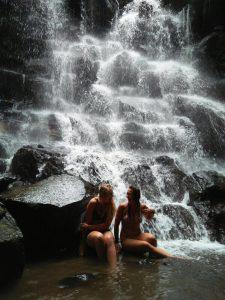 Bij Waterval Kanto Lampo is het goed toeven.