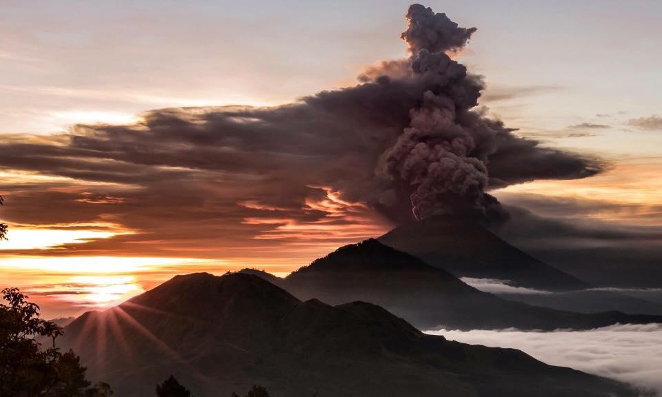 een aswolken spuwende Gunung Agung