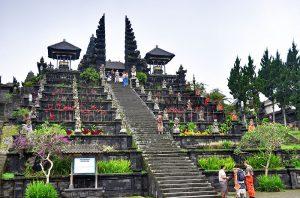Een blik op de ingangstrappen van de Hindoe Tempel Bali Indonesië van Pura Besakih