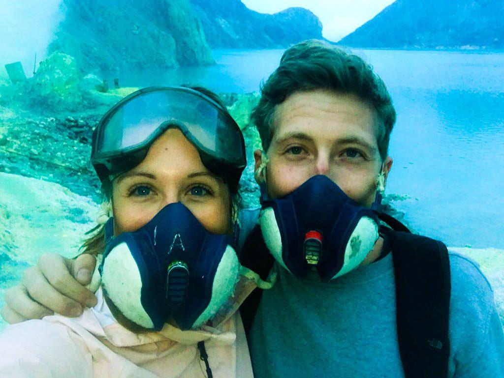Cléo en Bas met gasmasker