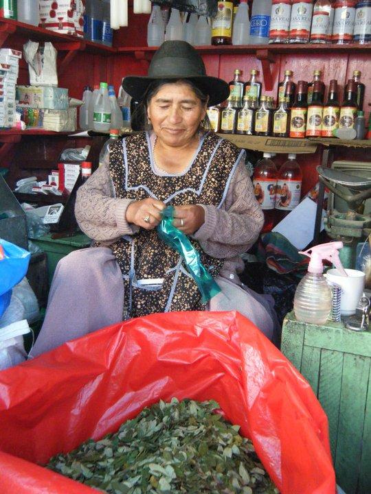 We kopen cocabladeren op de markt om mee te nemen voor de mijnwerkers