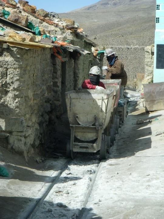 De ouderwetse trolleys om de stenen te vervoeren
