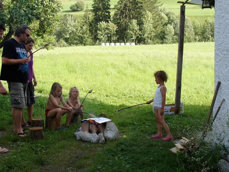 Broodjes bakken naast de boerderij.