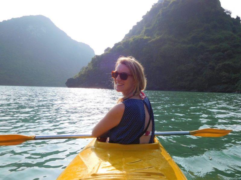 Kanoën vanaf de boot in Halong Bay