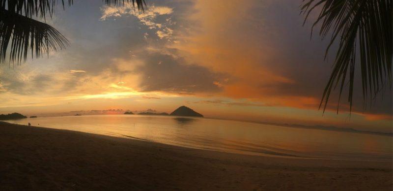 Zonsondergang aan de kust bij Kota Kinabalu