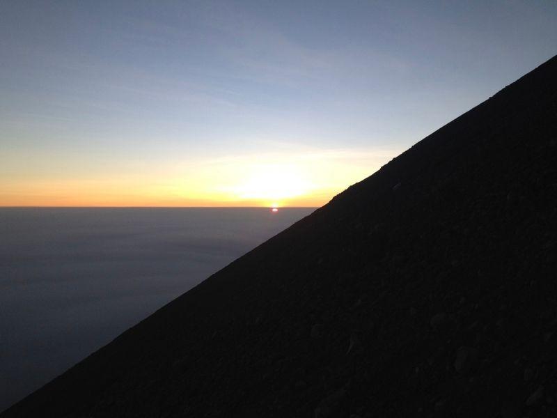 De zon komt al op tijdens de klim naar de top.