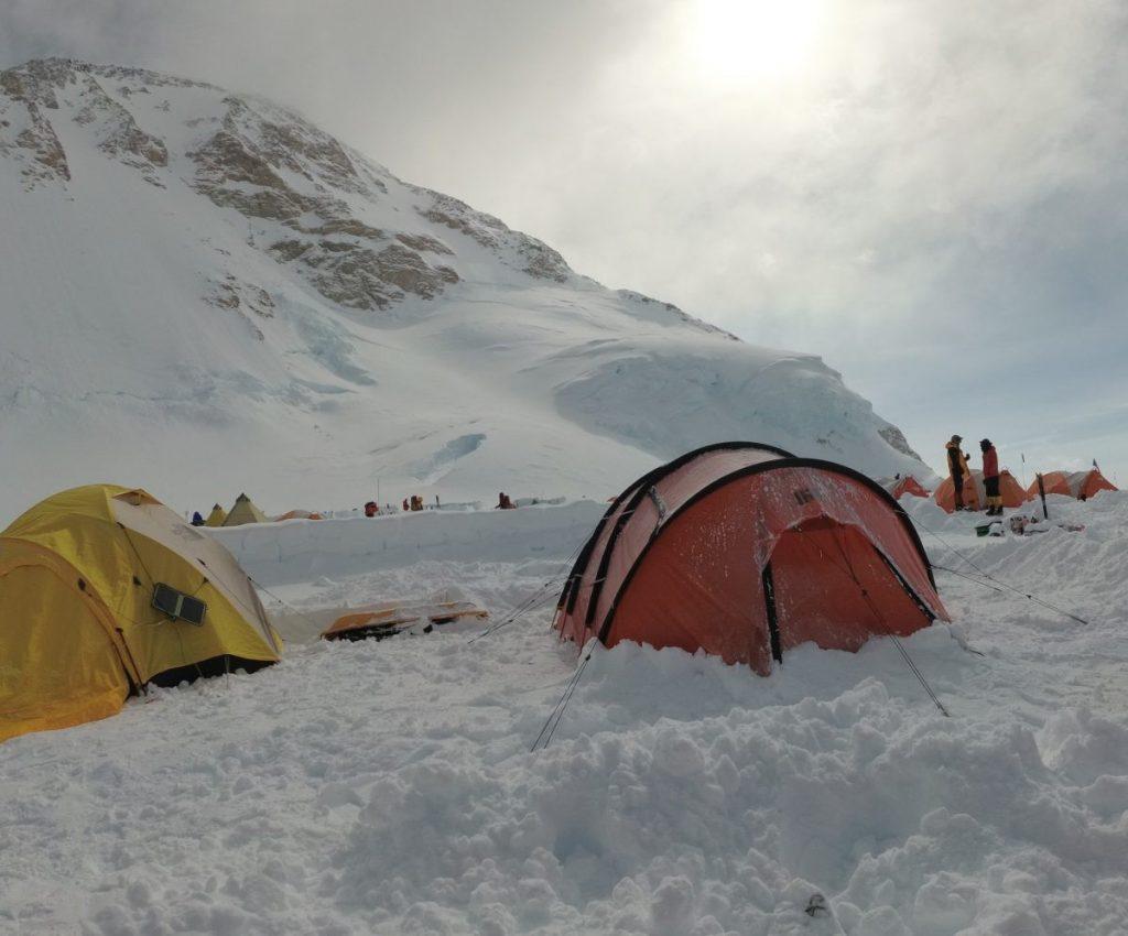 Ons kamp op 4200 meter. Rechts de Nigor Spix, mijn onderkomende gedurende de expeditie