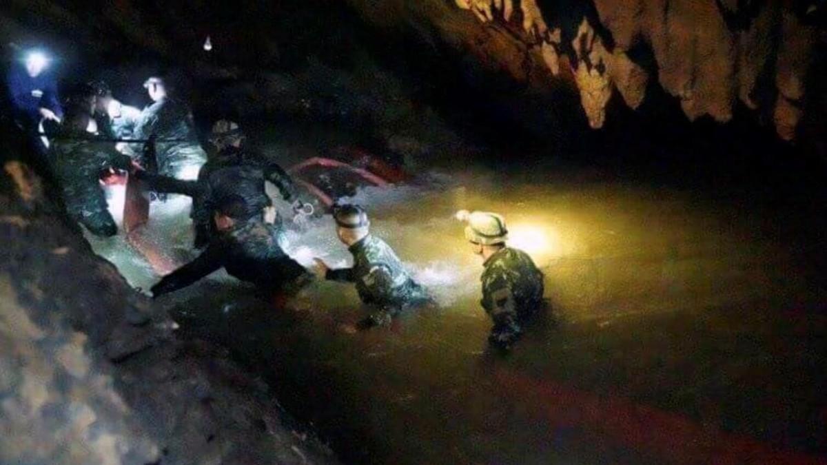 Reddingswerkers van het leger gaan de grot in (Bron: Autralian, labeled for reuse)
