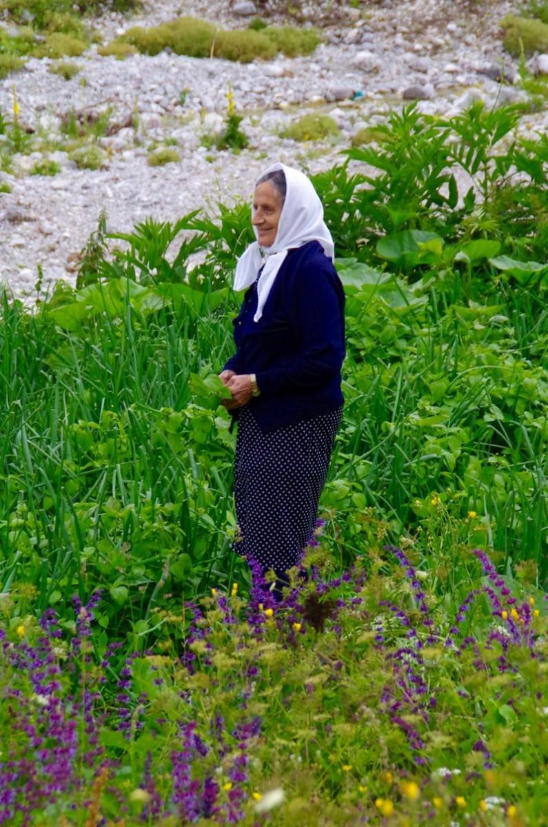 Onderweg naar Tahir maakt deze vrouw als onderbreking van haar werk tijd voor de foto.