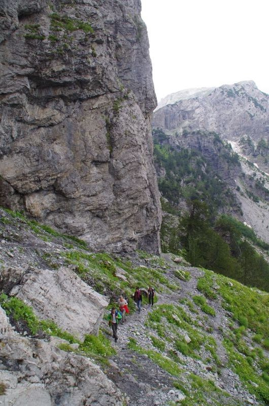 Smalle paden langs steile rotsen