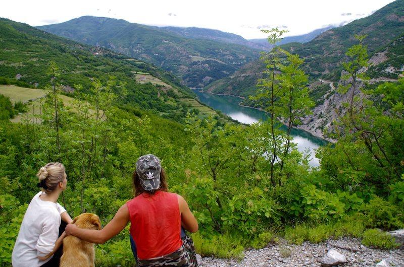 Vogel met zijn hond. Genieten van het uitzicht!