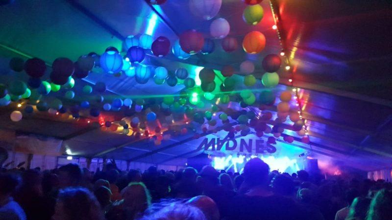 En als het donker wordt begint het feest in de tent!
