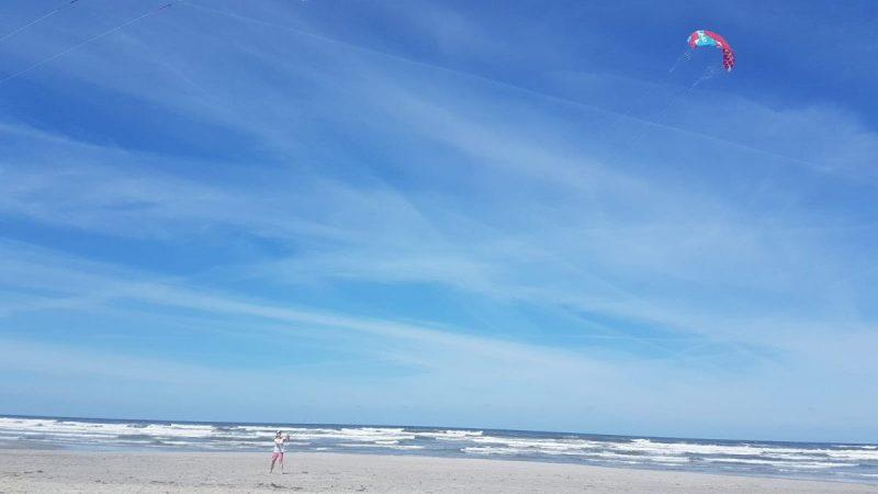 Powerkiten op het brede strand van Ameland