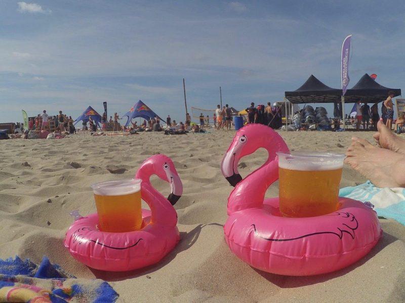 Na het blokarten, brandingraften en golfsurfen van vandaag is het tijd voor een welverdiend drankje op het strand!