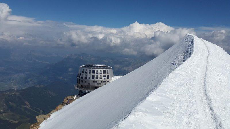 De Refuge du Goûter, prachtig gelegen op de bergkam biedt plek voor 120 klimmers per nacht