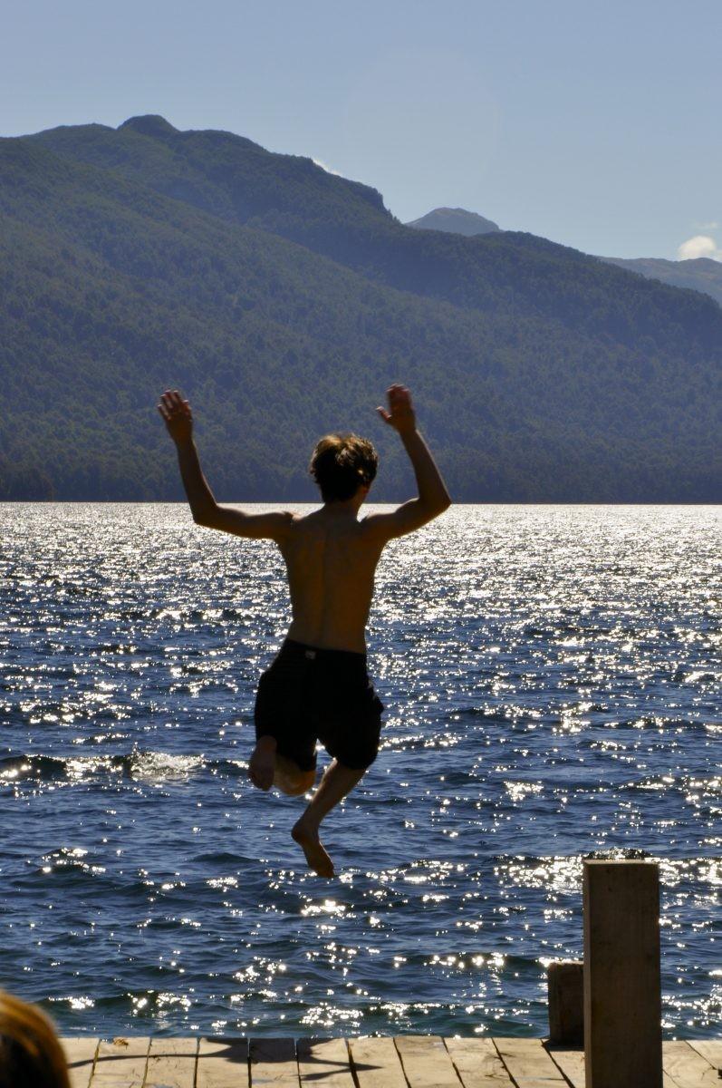 Een local neemt een duik in één van de zeven meren. Eigen foto: Noëlle Verhage