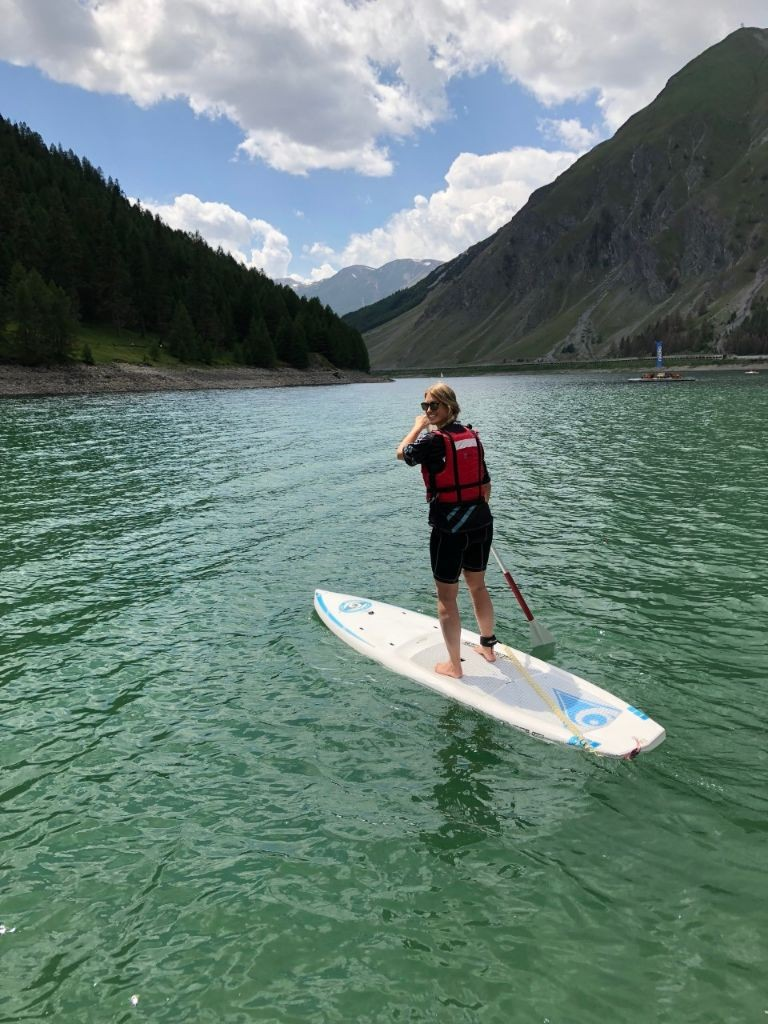 Mountainreporter Karin op haar Supboard, Livigno