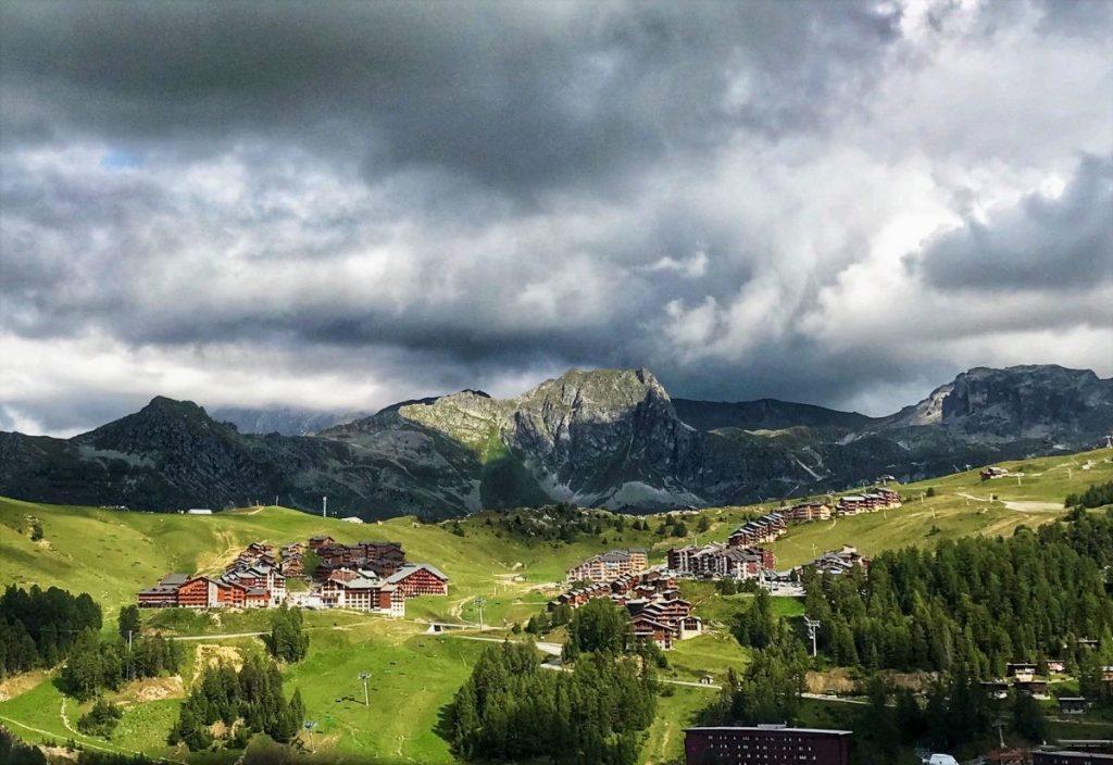 La Plagne ligt prachtig in de bergen, letterlijk in het (ski)gebied