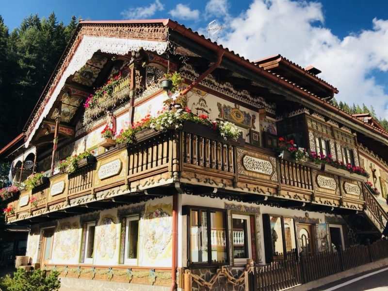 Vanaf de skipiste die wij naar beneden wandelen is dit het eerste huis wat je tegenkomt in het dorp. Geweldig toch?