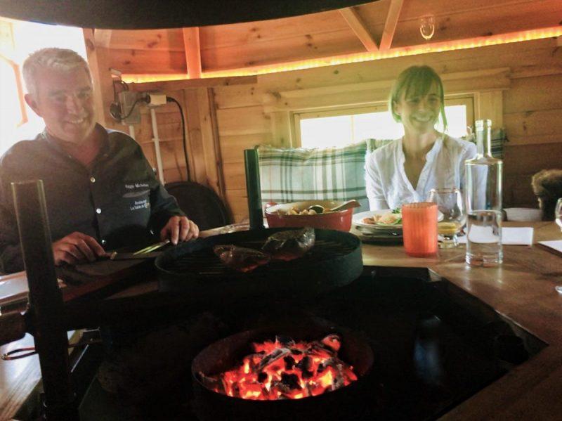 Dit is toch geweldig? Een vers bereid diner in een blokhut met je vrienden!