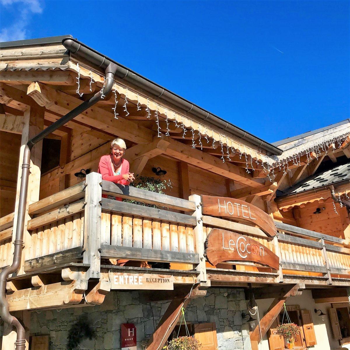 De eigenaresse van hotel Le Cocoon zwaait ons 's ochtends uit als we gaan mountainbiken