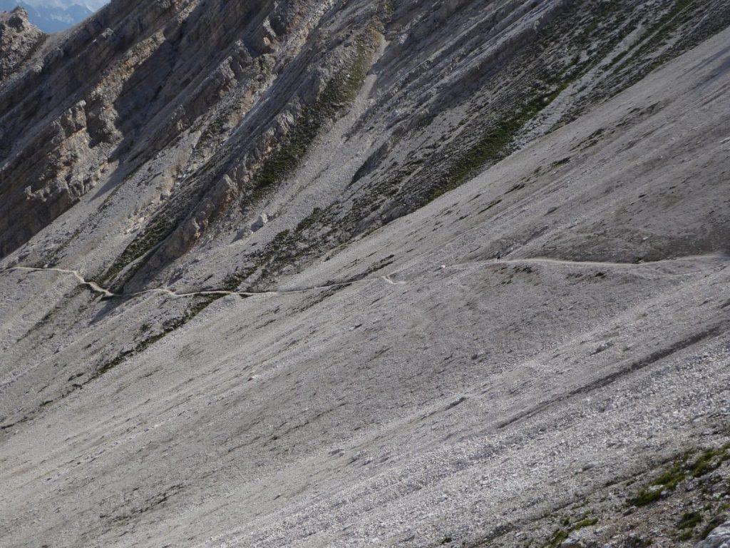 Een stipje in de ruige rotswereld van het Karwendel. Daar zal mijn zoon lopen.
