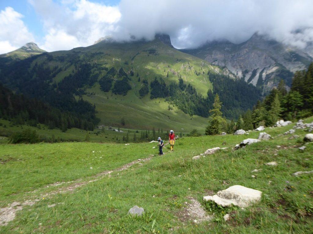 Zo loop je in de groene alpen, en een uur laten is het kaal en rotsachtig