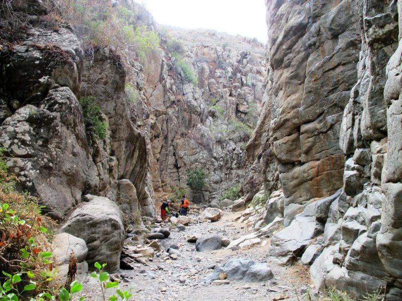 We lopen de 'gorge' in, een smalle kloof met aan beide zijden metershoge wanden