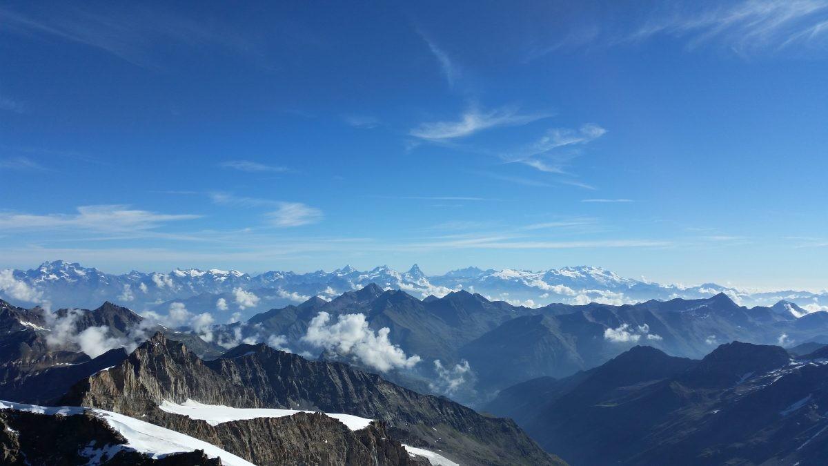 Uitzicht vanaf de Gran Paradiso met in de verte de Matterhorn.