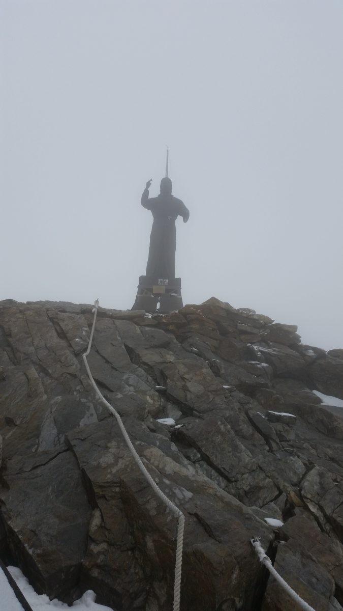 In de Wolken naar het Christus beeld op de Balmenhorn.