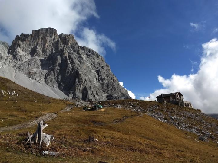 Zicht op de Carschina hütte met op de achtergrond de Sulzfluh.