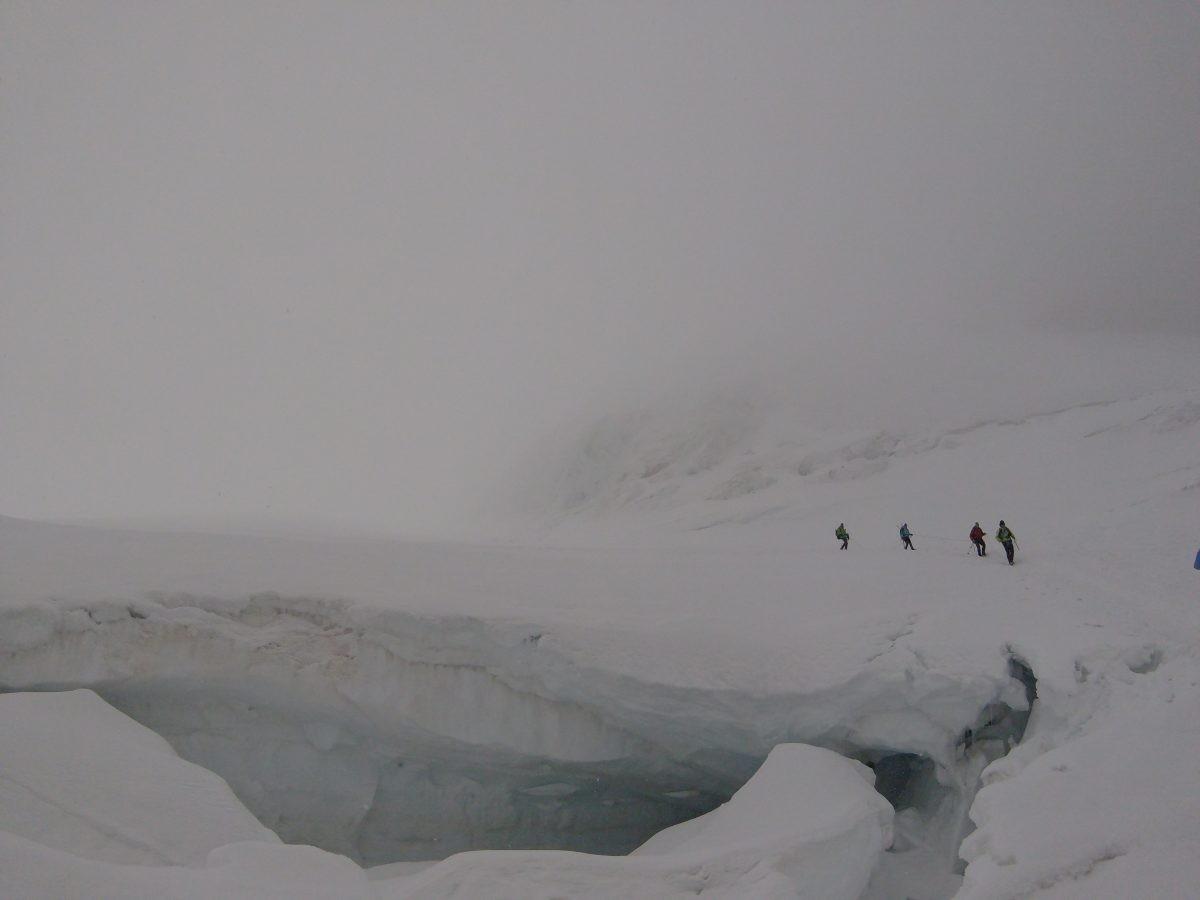 Vandaag minder geluk met het weer, het zat potdicht. Onderweg kwamen we langs grote gletsjer spleten.