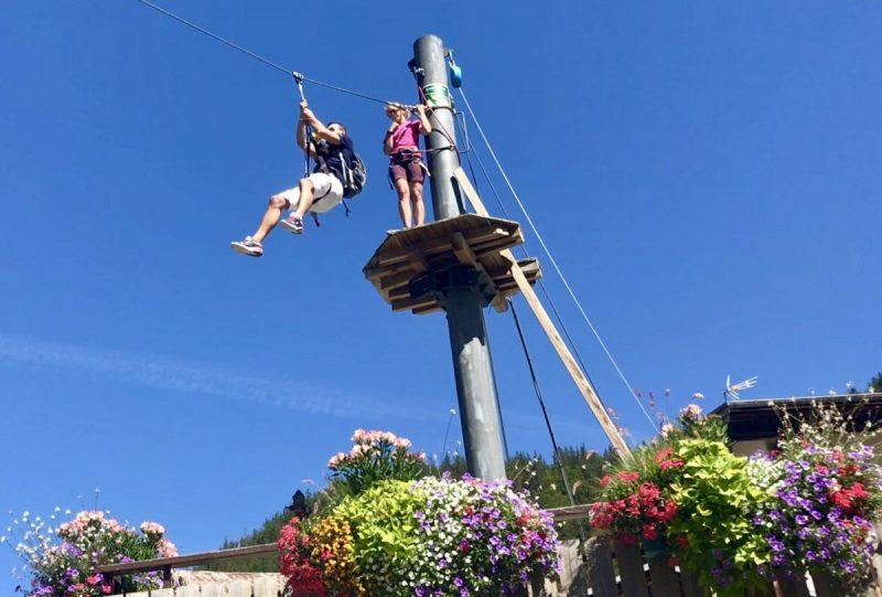 Ziplinen kan in het dorp, of in de bergen