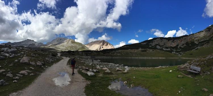 Prachtige bergmeertjes tijdens de huttentocht in de Dolomieten, op weg naar rifugio Pederü.