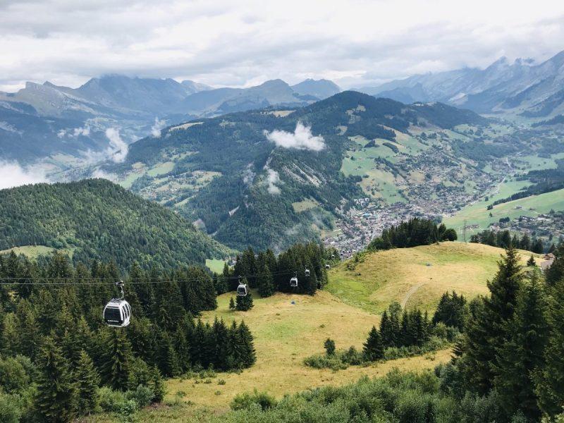 Uitzicht op La Clusaz wanneer je met de gondel naar Plateau Beauregard gaat
