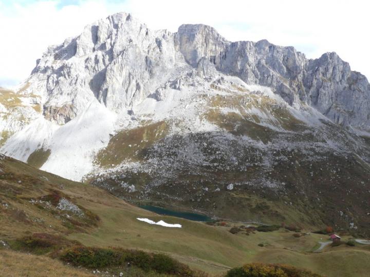 Onderaan de Sulzfluh ligt het turquoise groene Partnunsee.