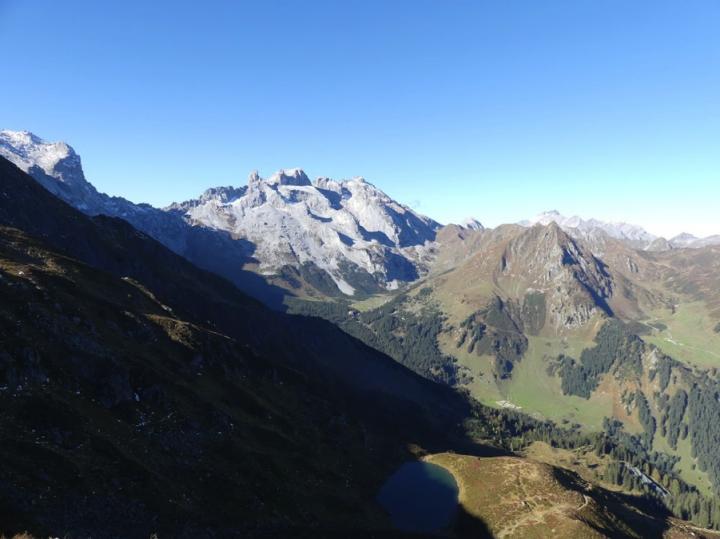 Uitzicht over het hele gebied met de Sulzfluh, de Drei Türme, de Drusentor en de Geisspitze.