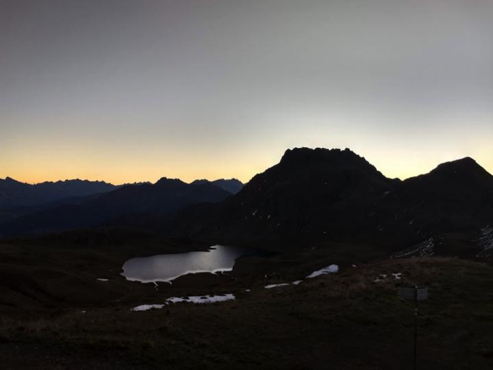Breakfast with a view, zonsopkomst vanuit de Tilisuna hütte.