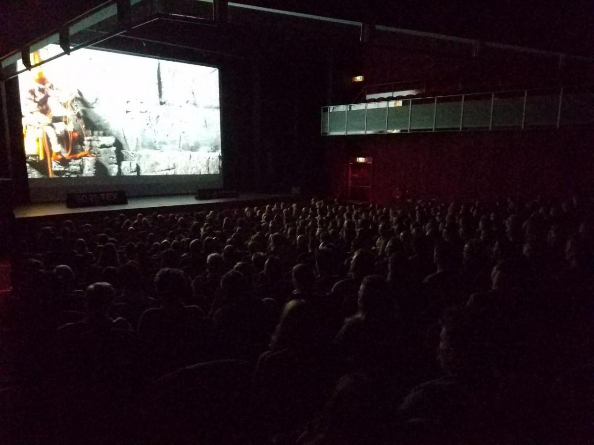 Een volle zaal kijkt naar Viacruxis