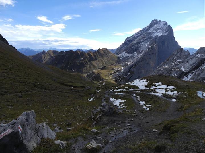 Duidelijke grensscheiding tussen Oostenrijk en Zwitserland.