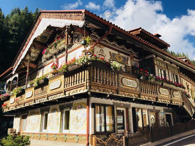 Dit prachtige huis kom je ongetwijfeld tegen als je een rondje wandelt door het dorp