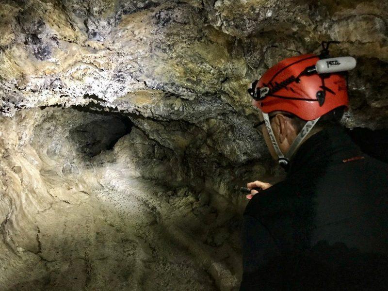 Je loopt een paar honderd meter door de grot