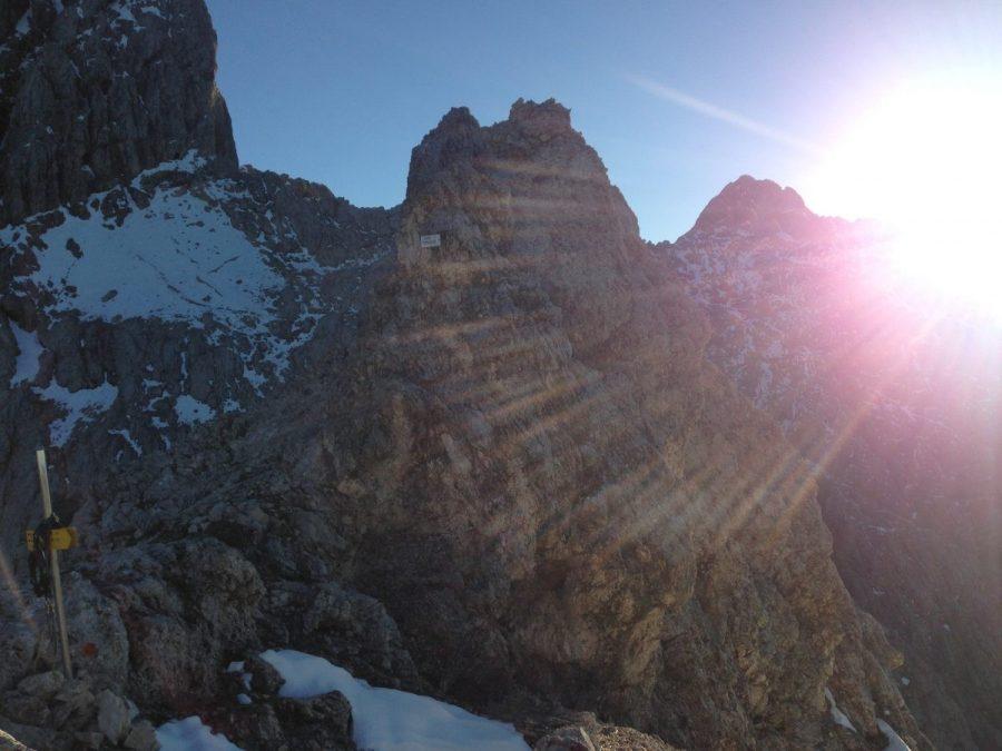 Het laatste stuk van de graat richting de Alpspitze bestaat uit gladde rots en wat sneeuwvelden