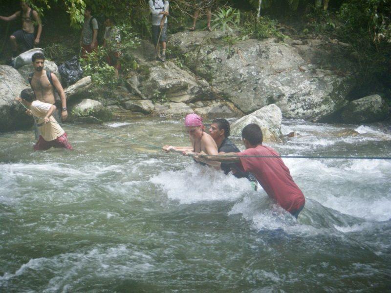 Op sommige plekken kost het meer moeite om de rivier over te steken, maar gelukkig helpen de gidsen