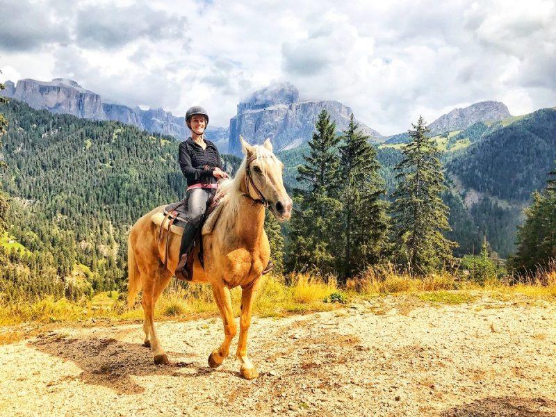 We rijden bergop en boven hebben we geweldig uitzicht. Foto: Charlotte Horse Riding