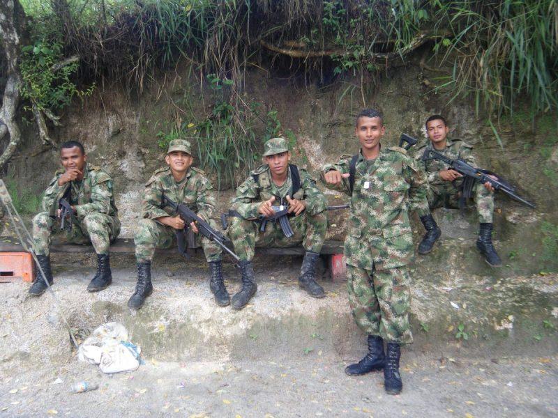 Regelmatig komen we jongens van het Colombiaanse leger tegen die de regio beschermen